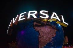 Esfera do mundo de Universal Studios no fundo da noite em Citywalk na ?rea 1 de Universal Studios foto de stock