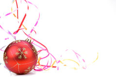 Esfera do Natal com as fitas no branco. Imagem de Stock Royalty Free