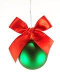 Esfera do Natal com curva vermelha Fotos de Stock Royalty Free