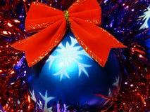 Esfera do Natal com curva vermelha Imagens de Stock