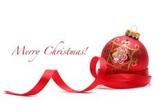 Esfera do Natal com fita fotografia de stock