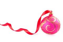 Esfera do Natal com uma fita vermelha foto de stock