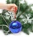 Esfera do Natal da terra arrendada da mão Fotos de Stock
