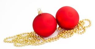 Esfera do Natal de dois vermelhos em um branco Imagem de Stock Royalty Free