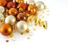 Esfera do Natal do ouro Fotografia de Stock