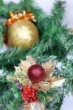 Esfera do Natal na filial do abeto do ano novo Imagens de Stock Royalty Free