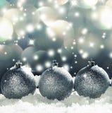 Esfera do Natal na neve imagens de stock royalty free