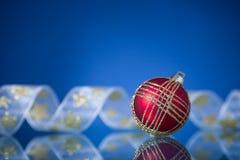 Esfera do Natal no azul fotografia de stock royalty free