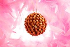 Esfera do Natal no fluff cor-de-rosa imagem de stock