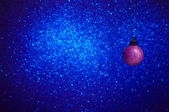 Esfera do Natal no fundo azul fotos de stock royalty free