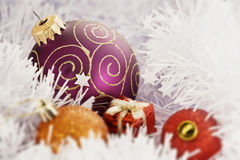 Esfera do Natal no fundo de congelação do inverno imagens de stock royalty free