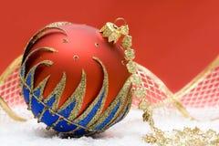 Esfera do Natal no vermelho imagens de stock royalty free
