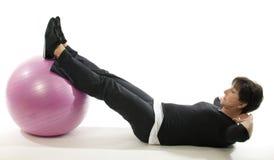 Esfera do treinamento do núcleo do exercício da aptidão da mulher Imagens de Stock