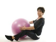 Esfera do treinamento do núcleo do exercício da mulher Foto de Stock