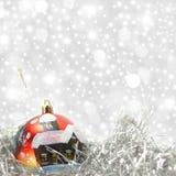 Esfera do vermelho do cartão de Natal Fotografia de Stock Royalty Free