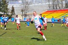 Esfera do whith do jogador do rugby que runing Imagem de Stock