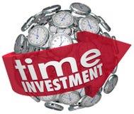 A esfera dos pulsos de disparo da seta das palavras do investimento do tempo controla recursos Fotografia de Stock