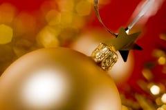 Esfera dourada do Natal Foto de Stock Royalty Free