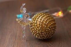 Esfera dourada do Natal Fotografia de Stock Royalty Free