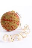 Esfera dourada do Natal no fundo branco Foto de Stock