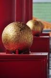 Esfera dourada no templo budista Fotos de Stock