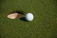 Esfera e furo de golfe Imagens de Stock Royalty Free