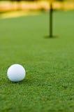 Esfera e furo de golfe Fotos de Stock Royalty Free