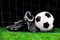 Esfera e grampos de futebol Fotografia de Stock