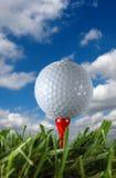 Esfera e nuvens de golfe Fotos de Stock