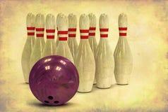 Esfera e pinos de bowling de Grunge Fotos de Stock Royalty Free