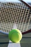 Esfera e raquete de tênis Foto de Stock