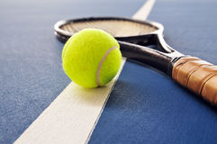A esfera e a raquete de tênis em uma corte alinham imagens de stock
