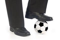 Esfera e sapatas de futebol fotos de stock royalty free