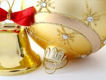 Esfera e sino dourados. Fotografia de Stock