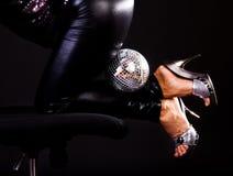 Esfera entre las piernas atractivas Imagen de archivo
