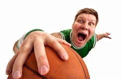 Esfera estranha do tiro do jogador de basquetebol à cesta Fotografia de Stock