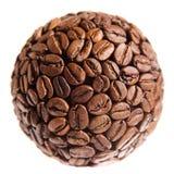 Esfera feita de feijões de café sobre o branco Imagens de Stock Royalty Free