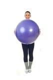 Esfera feliz dos pilates da terra arrendada da mulher do esporte Imagem de Stock Royalty Free