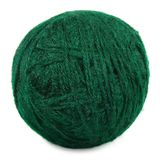 A esfera fina verde natural de lãs isolou o macro do clew Imagem de Stock