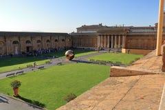 Esfera moderna de la instalación dentro de la esfera de Arnaldo Pomodoro Fotografía de archivo