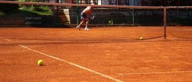 Esfera na corte de tênis Fotos de Stock
