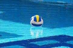 Esfera no swimming-pool foto de stock