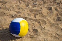 Esfera para o voleibol da praia fotos de stock royalty free