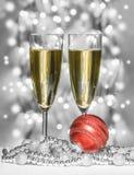 Esfera roja de la Navidad, copas de vino Imagen de archivo