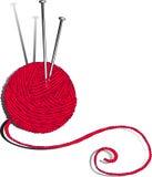 Esfera vermelha de agulhas do fio e de confecção de malhas Fotografia de Stock