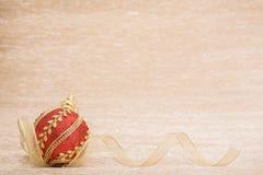 Esfera vermelha do Natal com fita imagens de stock