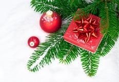 Esfera vermelha do Natal com presente Fotografia de Stock
