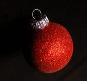 Esfera vermelha do Natal do glitter Fotos de Stock