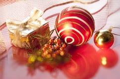 Esfera vermelha do Natal e um presente de prata Foto de Stock