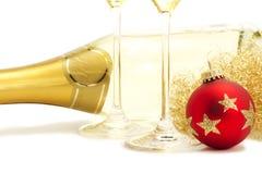 Esfera vermelha do Natal na frente do cabelo dos anjos, dois ch Foto de Stock Royalty Free